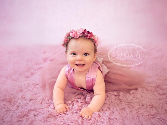 Sitter meisje, baby, 7 maand, babyportret met flowercrown, roze styling, Sarah Van Ruyssevelt Photography
