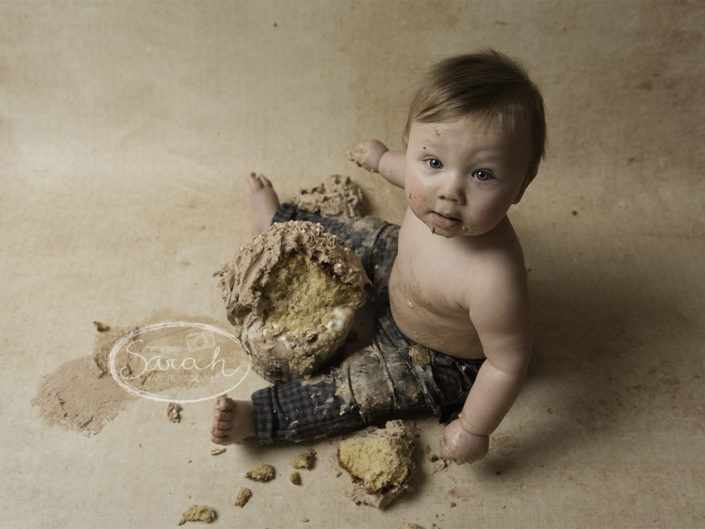 Cake Smash, feestje voor 1 jarige, ik bijt in taart, taartsmash, eerste stukje taart, Sarah Van Ruyssevelt Photography