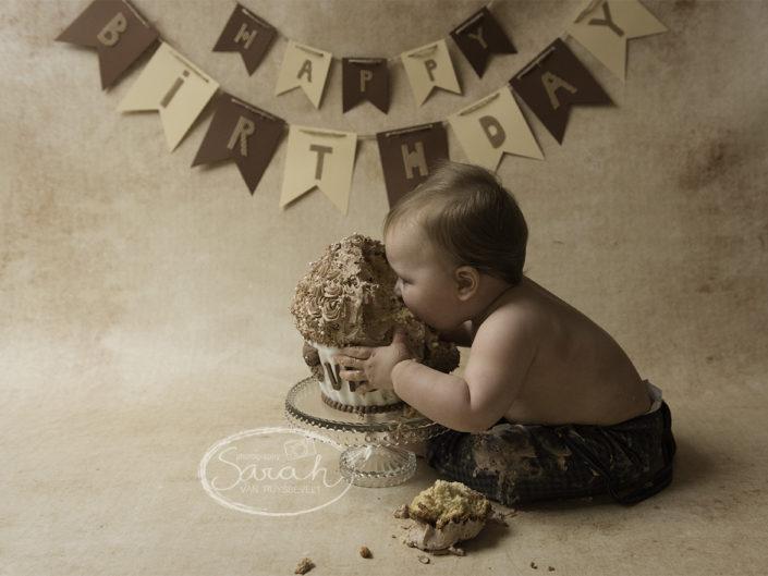 feestje voor 1 jarige, ik bijt in taart, taartsmash, eerste stukje taart, Sarah Van Ruyssevelt Photography