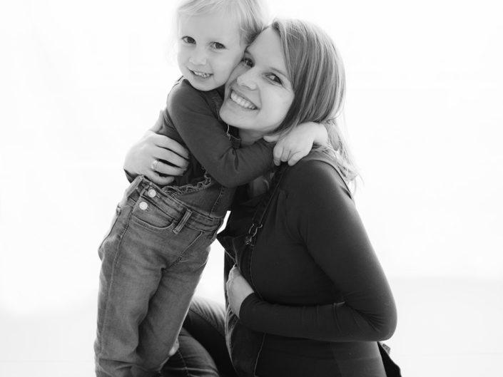mama en dochter knuffelen elkaar Sarah Van Ruyssevelt Photography