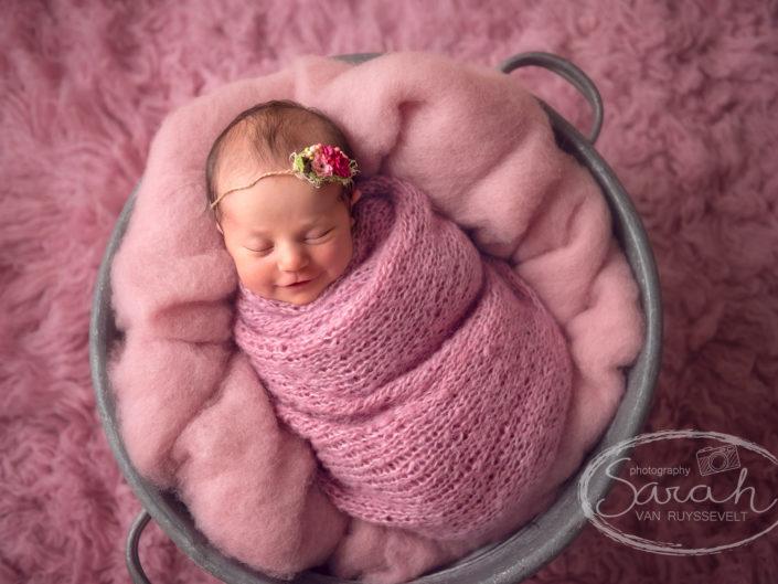 pasgeboren baby in roze wrap, Sarah Van Ruyssevelt Photography
