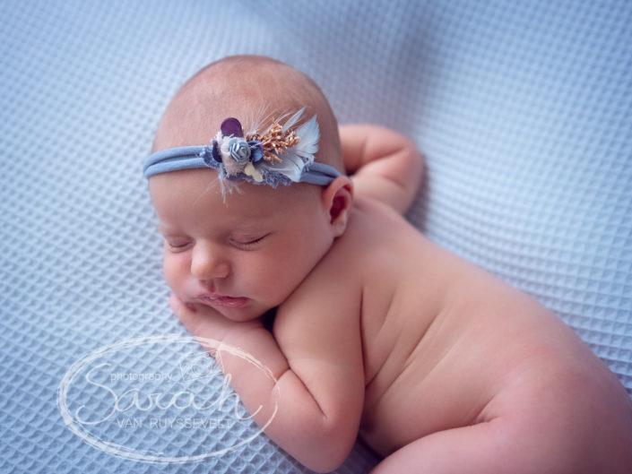 blote newborn met haarbandje, Sarah Van Ruyssevelt Photography