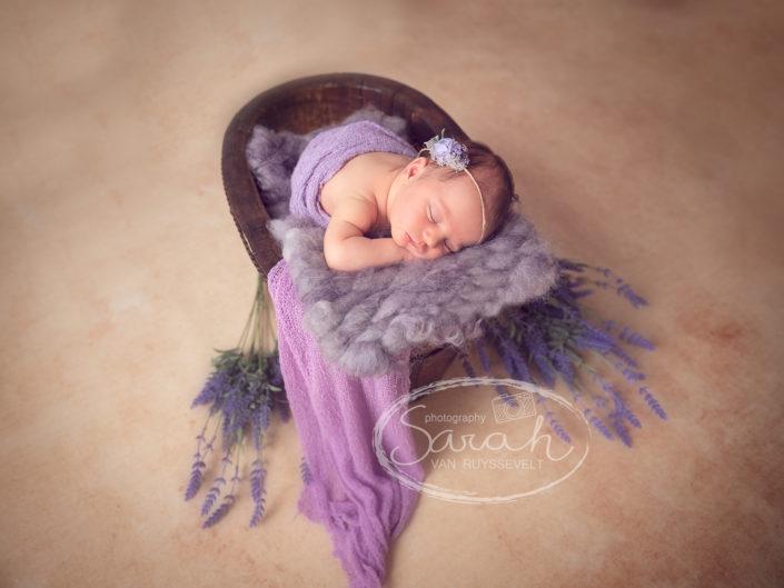 pasgeboren meisje in prop, Sarah Van Ruyssevelt Photography