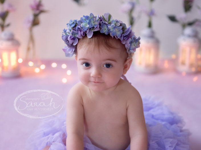 Sitter meisje, paarse thema setting, baby, 10 maand, babyportret met flowercrown, bloemenkrans, Sarah Van Ruyssevelt Photography