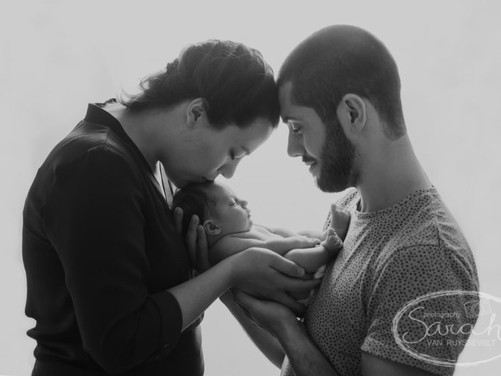 familiefoto met newborn van zes dagen oud, pasgeboren baby, Sarah Van Ruyssevelt Photography