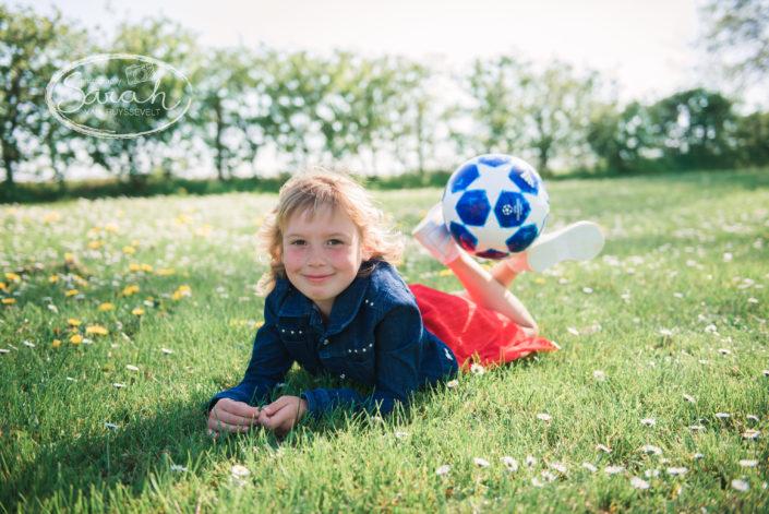 meisje met bal - communie, Sarah Van Ruyssevelt Photography