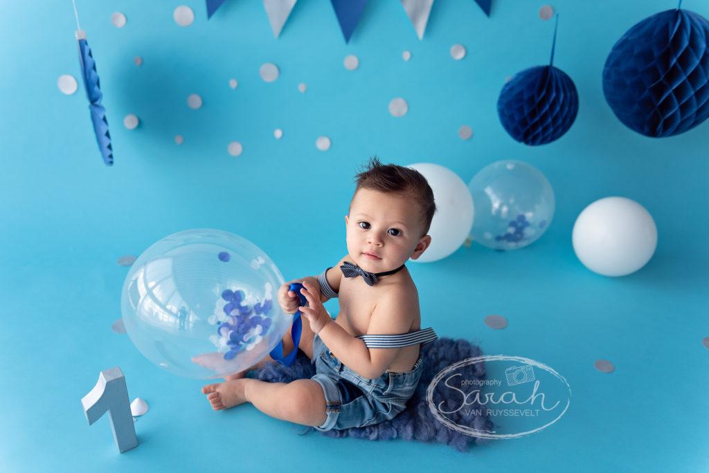 eerste verjaardag, taart, cakesmash, blauwe achtergrond, jongen