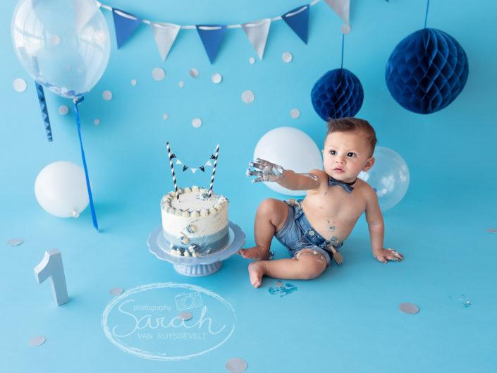 eerste verjaardag, taart, cakesmash, blauwe achtergrond, jongen,cake smash L., Sarah Van Ruyssevelt Photography
