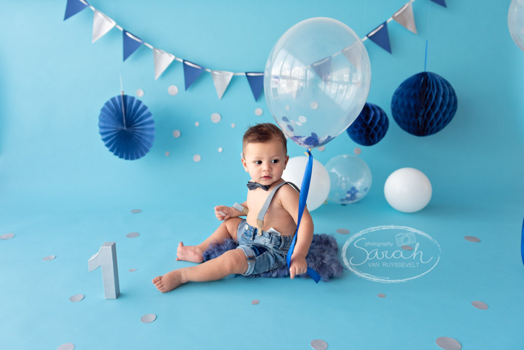 ballon, eerste verjaardag, taart, cakesmash, blauwe achtergrond, jongen