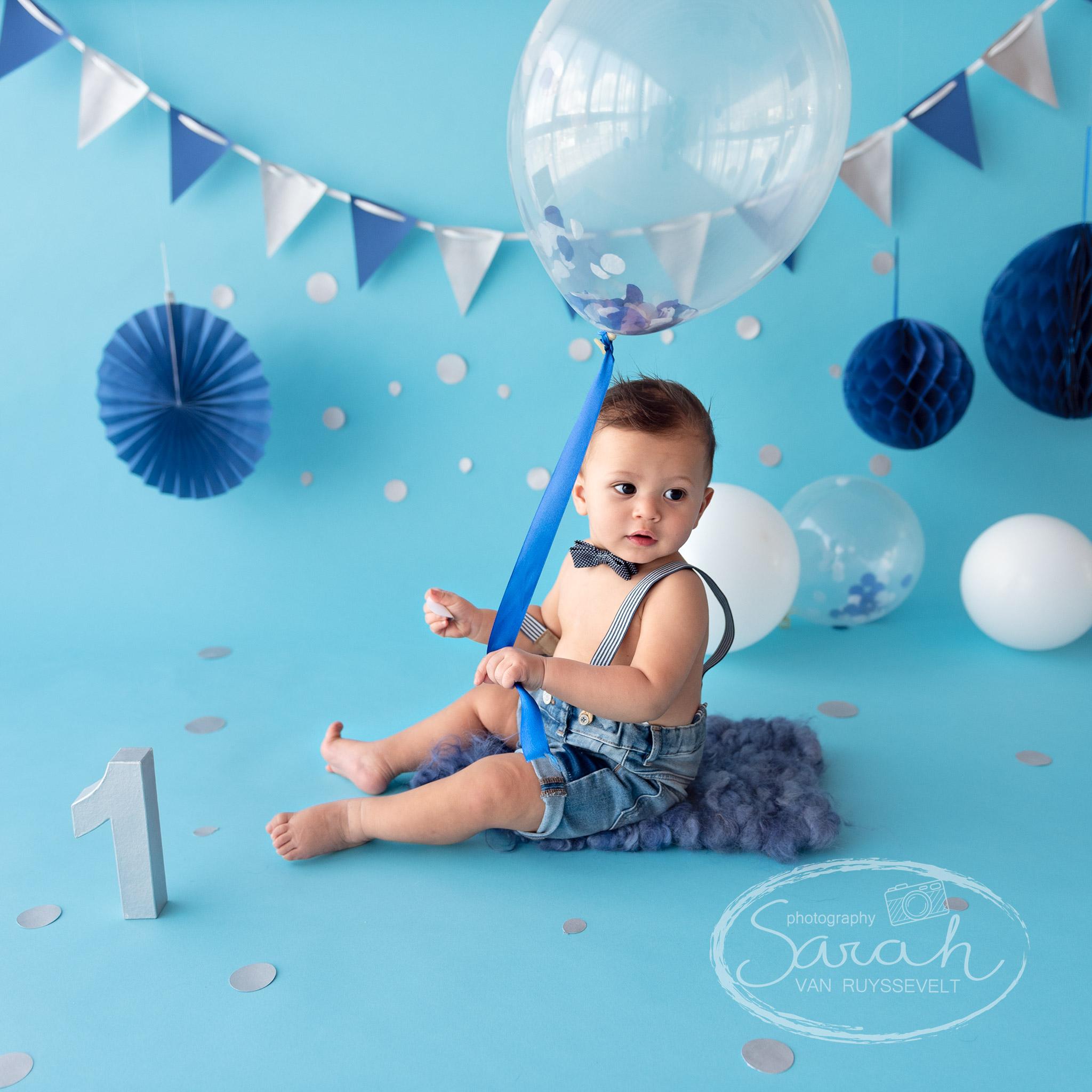 eerste verjaardag, taart, cakesmash L., blauwe achtergrond, jongen, Sarah Van Ruyssevelt Photography
