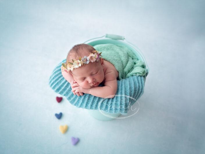 newborn regenboog meisje in emmer, newborn baby