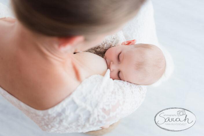 mommy and me, close up van borstvoeding, borstvoedingsessie, baby drinkt aan de borst