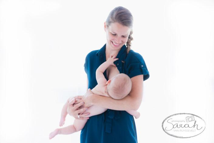 mama met baby, babyshoot 6 maand, bortsvoeding, breastfeeding, baby drinkt aan de borst
