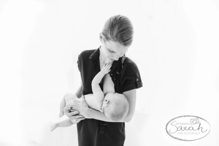 baby drinkt aan de borst, mama met baby, babyshoot 6 maand, bortsvoeding, breastfeeding,
