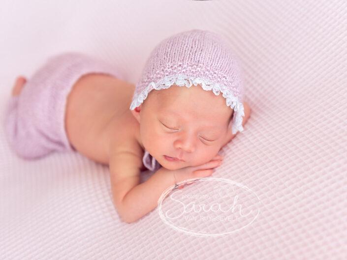 newborn roze setting, newborn baby, pasgeboren baby, bonnet