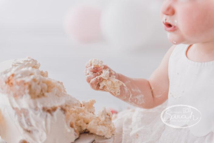 verjaardagstaart, eerste verjaardag, baby eet taart, cakesmash M, boho, Sarah Van Ruyssevelt Photography, smashcake