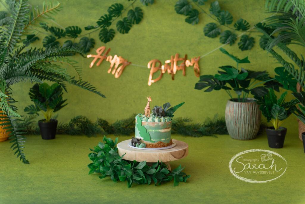 baby viert eerste verjaardag met taart, baby eet taart, cakesmash M, boho, Sarah Van Ruyssevelt Photography, smashcake