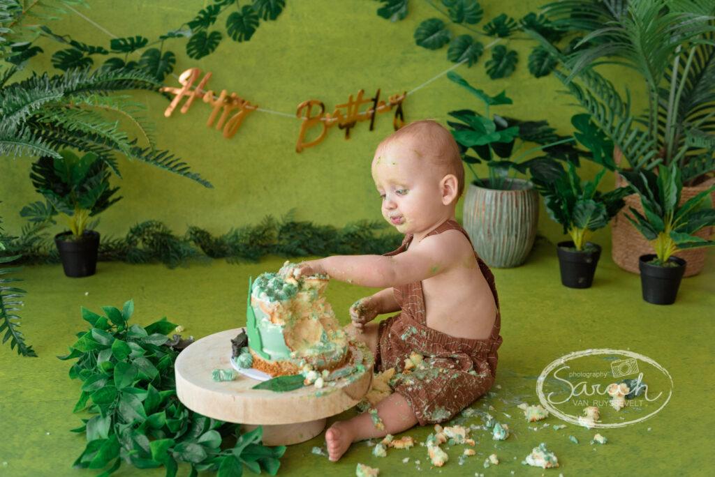 baby viert eerste verjaardag met taart, baby eet taart, cakesmash, Sarah Van Ruyssevelt Photography, smashcake