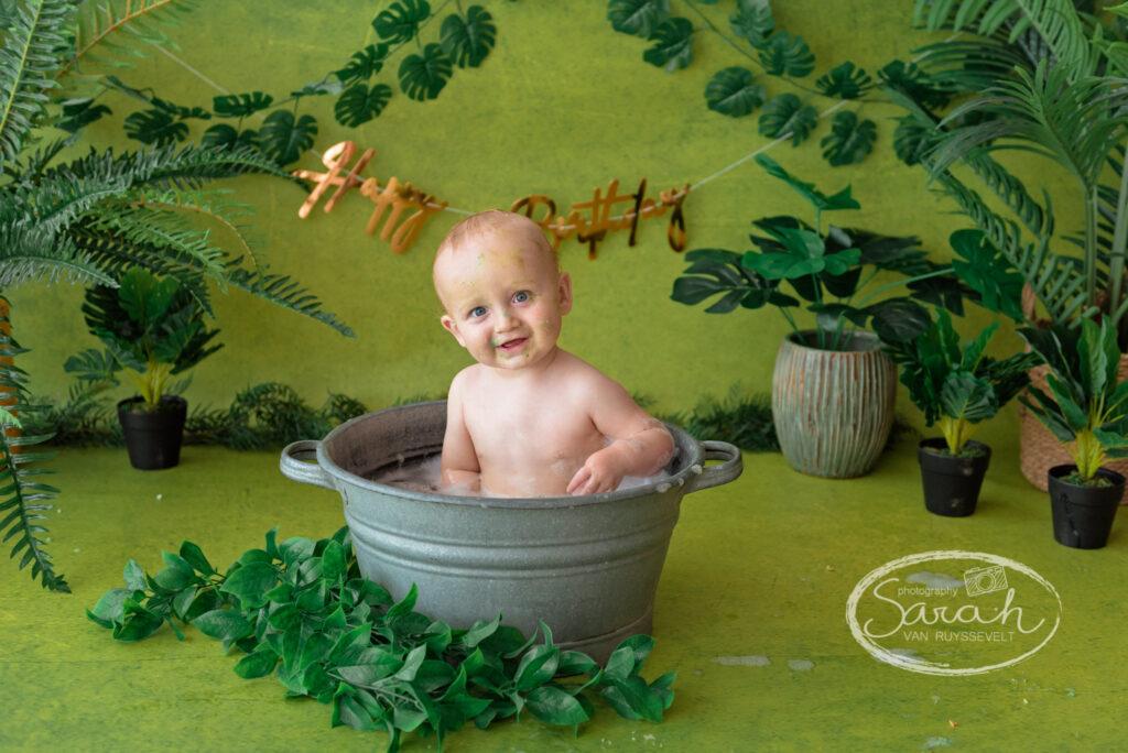 baby in bad, badsplash, baby eet taart, cakesmash, Sarah Van Ruyssevelt Photography, smashcake