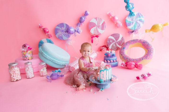 eerste verjaardagsfeestje, taart slam, taartsmash, baby viert eerste verjaardag met taart, baby eet taart,smashcake, snoep fotosessie
