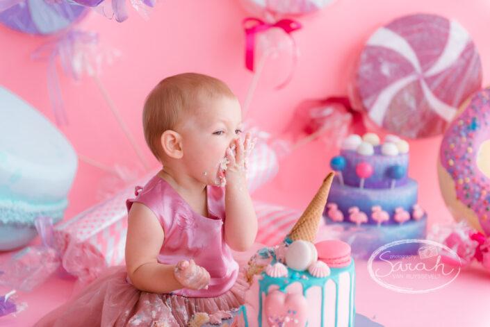 baby viert eerste verjaardag met taart, baby eet taart,smashcake