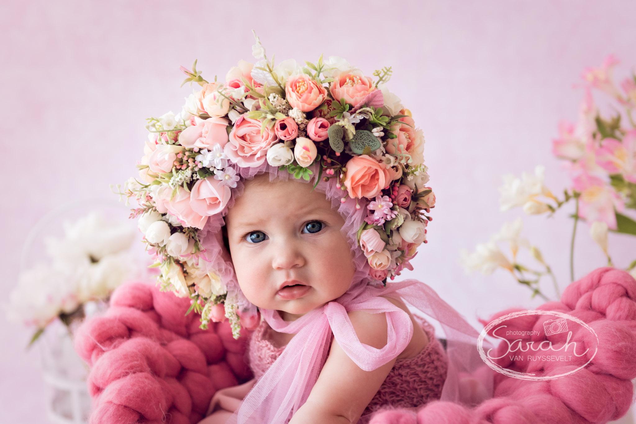 baby fotosessie, babyfotografie, baby fotograaf, baby met bloemenbonnet in roze setting