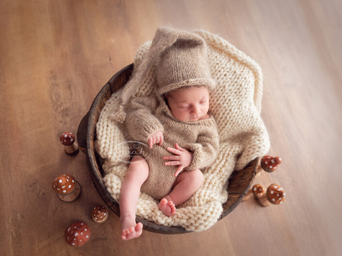 pasgeboren baby, pasgeborene in ton, fotosessie newborn